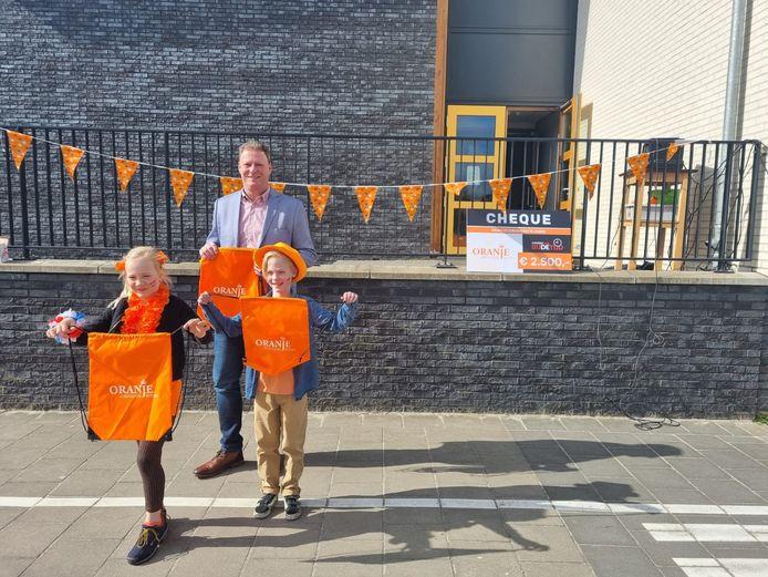 De Oranjevereniging Rijssen deelt tasjes uit aan kinderen van basisscholen.