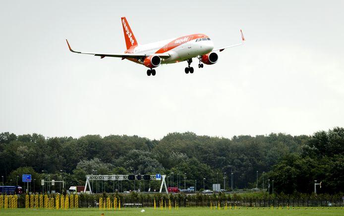 Een vliegtuig landt op Schiphol.