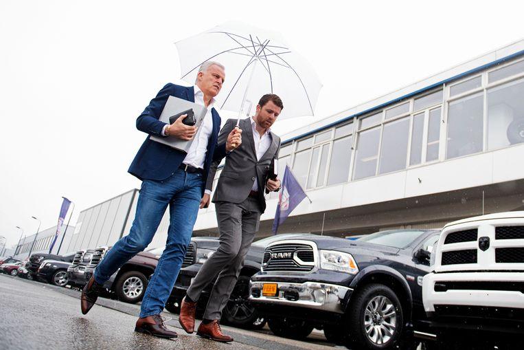 Peter en zijn zoon Royce de Vries komen aan bij de Bunker voor zijn getuigenverhoor in de strafzaak tegen Willem Holleeder.  Beeld ANP