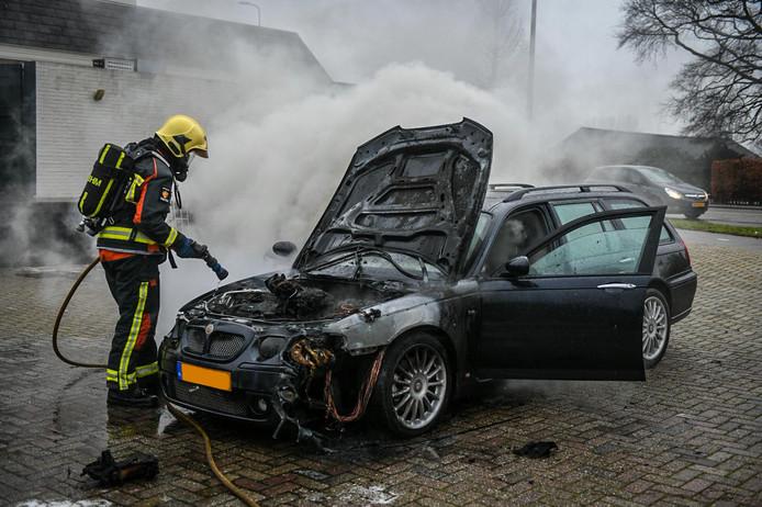 Door onbekende oorzaak vloog de auto in brand aan de Hoorn in Alphen.