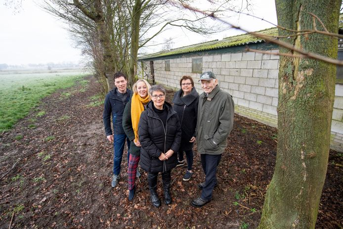 De Haarlenaren Linda en Ton Willems en zijn ouders Herman en Hermien bij de oude varkensschuren aan de Haarlerveldweg 6-8, waar woonruimte voor 'spoedzoekers' is gepland. Erfcoach Agnes Mentink staat daarachter.