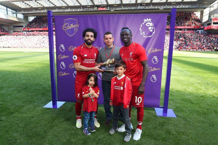 Mohamed Salah en Sadio Mané met de gouden schoen, die ze moeten delen met Pierre-Emerick Aubameyang (Arsenal) als topscorer van de Premier League.