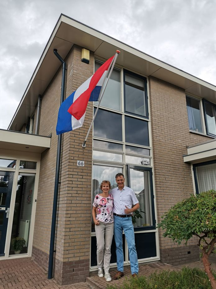 Annemarieke en Hans Broenink hangen de vlag uit: zoon Stef heeft met de dubbel 2 mannenroeiploeg olympisch zilver gepakt.