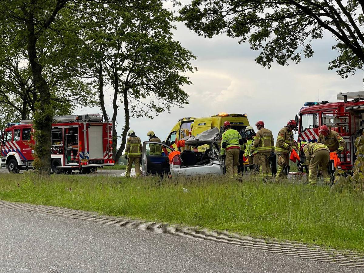 Het slachtoffer is door de brandweer bevrijd uit de auto langs de Misterweg in Winterswijk.