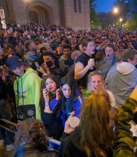 LIVE | Brusselse jongeren vieren einde lockdown, politie zet waterkanon in