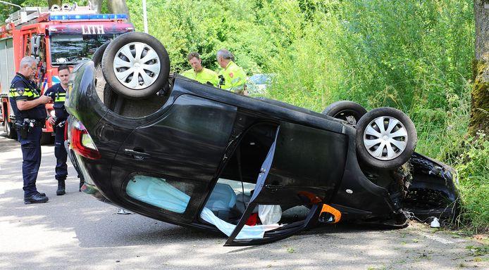 Auto knalt tegen boom in Lithoijen.