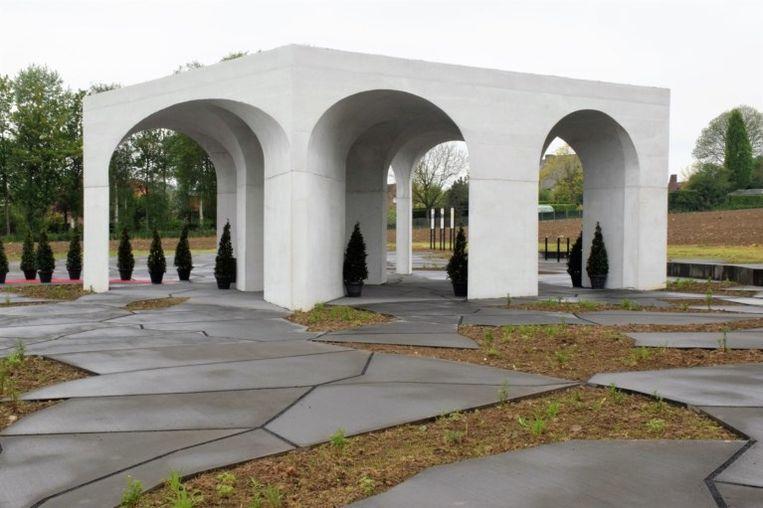 Sculptuur die ook dienstdoet als toiletgebouw op de militaire begraafplaats in Hooglede. Beeld rv