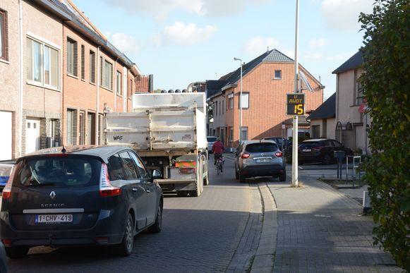 Vrachtwagens mogen normaal niet in de fietsstraat maar dat verbod wordt aan de laars gelapt.