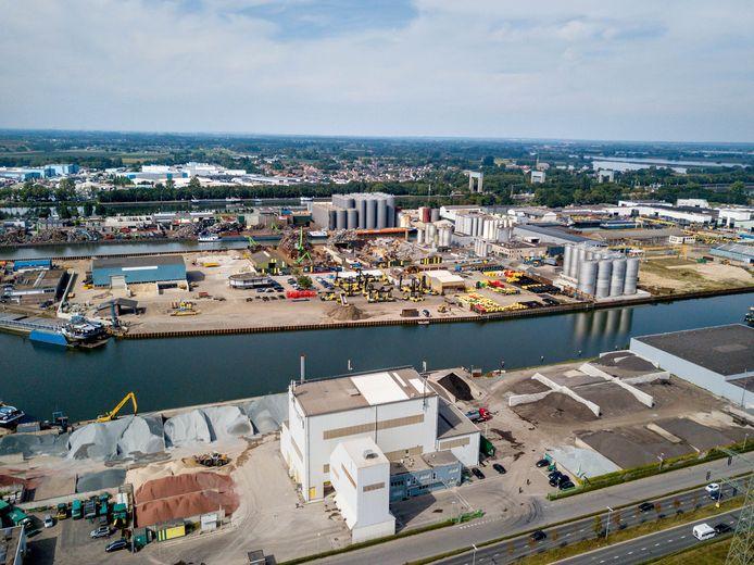 Dronefoto   05-09-2021   NIJMEGEN   Op de voorgrond Asfaltfabriek APN (witte gebouw), op de achtergrond Weurt (achter de grijze silo's.