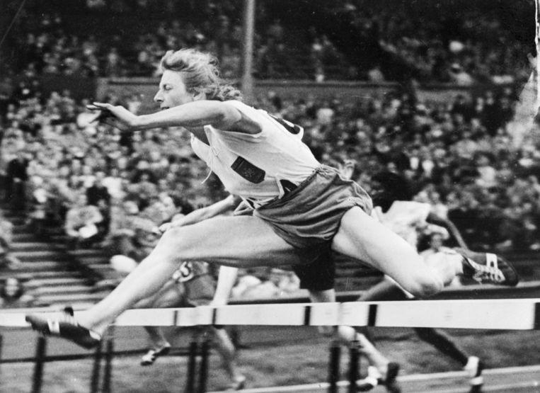 Fanny Blankers-Koen tijdens de 80 meter horden. Beeld AFP