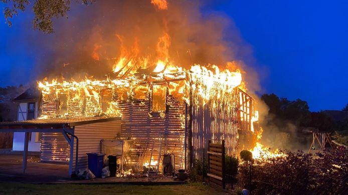 Het huis van de verdachte brandde in mei al compleet af. De daders zijn nooit gevonden.