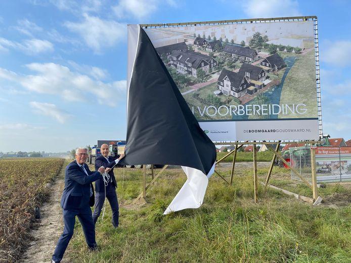 Wethouder Piet van Leenen (l) en Tomas van den Berg van projectontwikkelaar De Langen & Van den Berg uit Bergambacht.