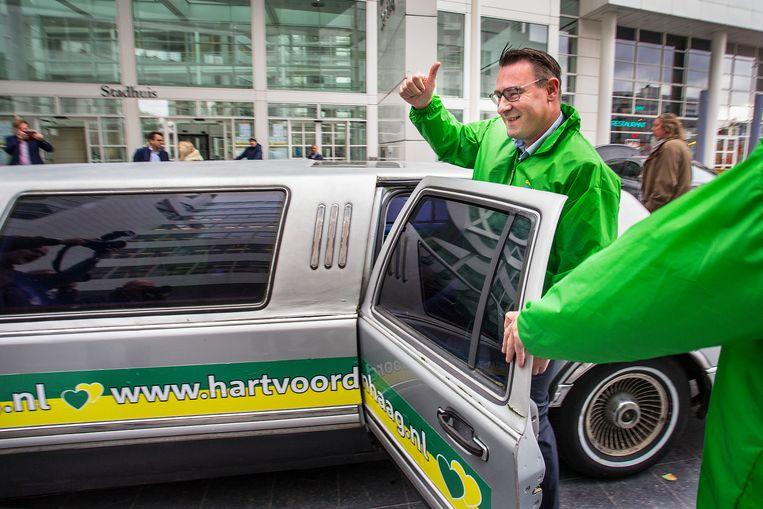 Richard de Mos heeft zijn ontslag als wethouder aangeboden en gaat in een limousine op campagne.   Beeld Arie Kievit