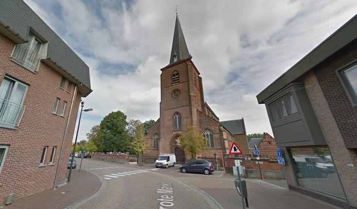 De ramen van de Sint-Lambertuskerk moeten dringend vervangen worden.