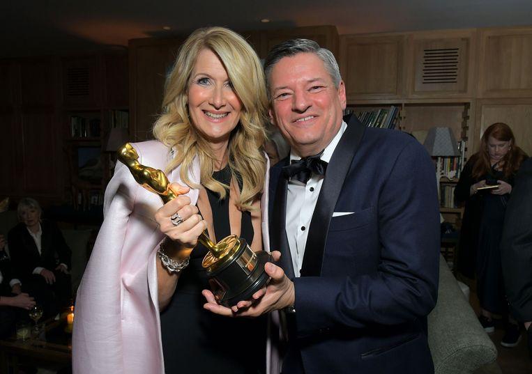 Laura Dern en Netflix Chief Content Officer Ted Sarandos met haar Oscar voor 'Marriage Story'.