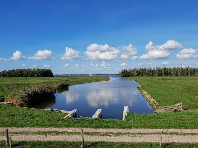 Een deel van de Tonnekreek met op de achtergrond het Hollandsch Diep.