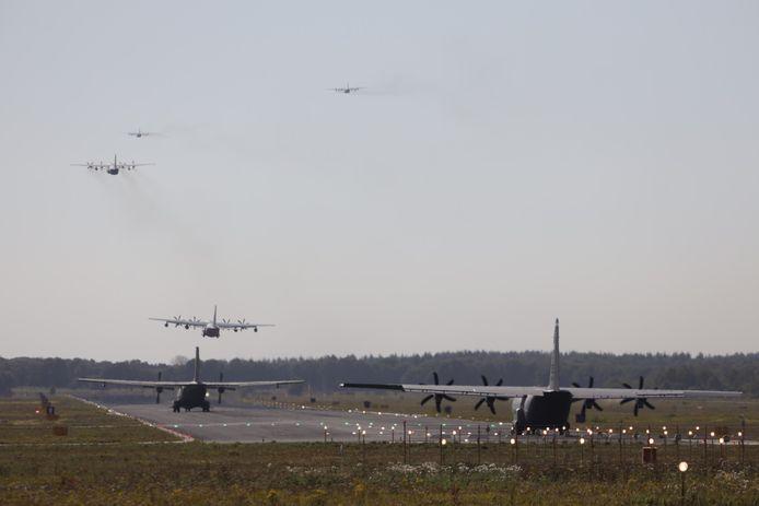 Vliegtuigen vertrekken vanaf Eindhoven Airport voor Operatie Market Garden.