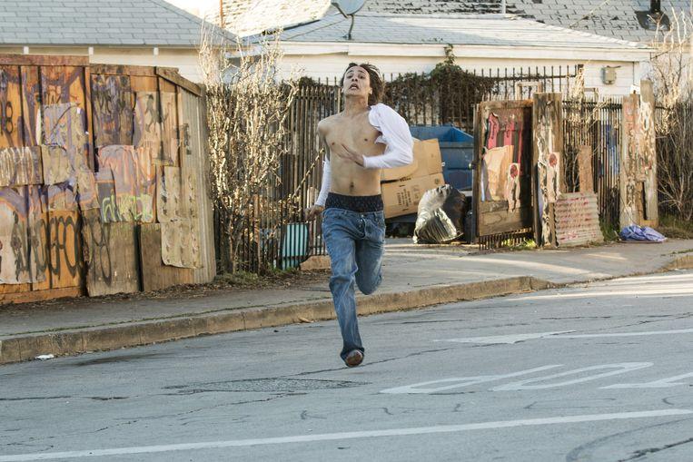 Posterboy Nick (Frank Dillane) rent voor zijn leven. Al zijn er amper zombies te bespeuren in deze prequel. Beeld amc