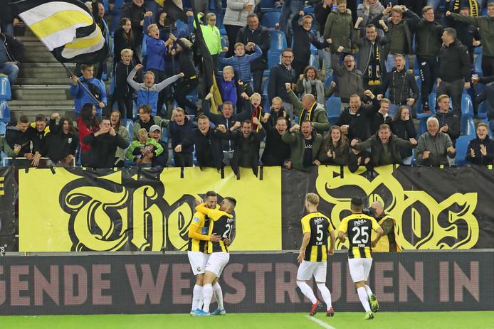 Tim Matavz is, voor eenTheo Bos-spandoek, het middelpunt van een feestje na zijn winnende goal tegen FC Utrecht.