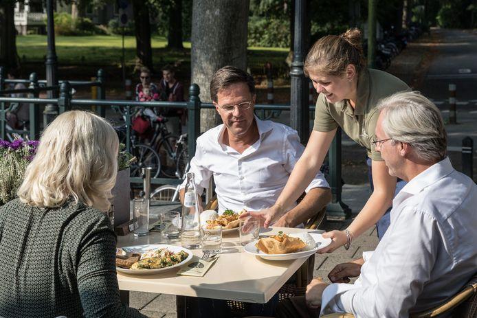 Mark Rutte met zijn gezelschap op het terras van restaurant de Generaal.