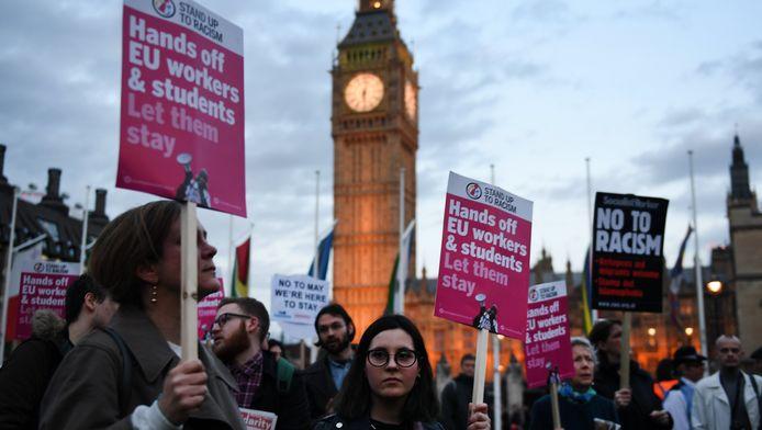 Britten demonstreren voor het parlementsgebouw in Londen voor de rechten van EU-burgers, die in Groot-Brittannië wonen en werken.