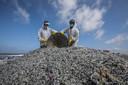 Sri Lankaans marinepersoneel tijdens opruimacties op de stranden.