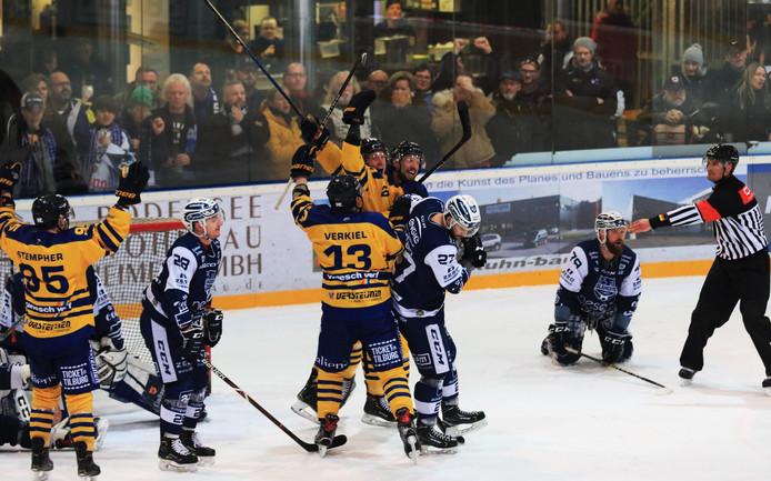 Tilburg Trappers viert de winnende treffer tegen Lindau Islanders.