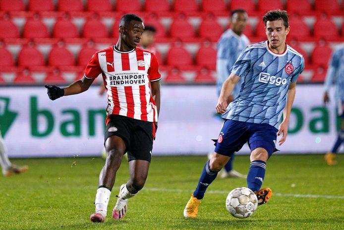 Emmanuel Matuta eerder dit seizoen in duel met Vincent Jensen (voorheen Jong Ajax).