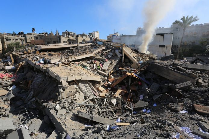 """Tien personen uit één gezin kwamen om het leven bij een luchtaanval op het vluchtelingenkamp Al-Shati in het noorden van Gaza. """"Er was geen waarschuwing""""."""