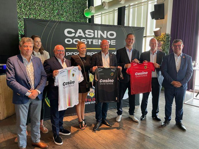 Het casino, met uitbater Jurgen De Munck (derde van rechts), zal zowel KV Oostende, Filou Oostende als Hermes Oostende sponsoren. Ook burgemeester Bart Tommelein woonde de voorstelling bij.