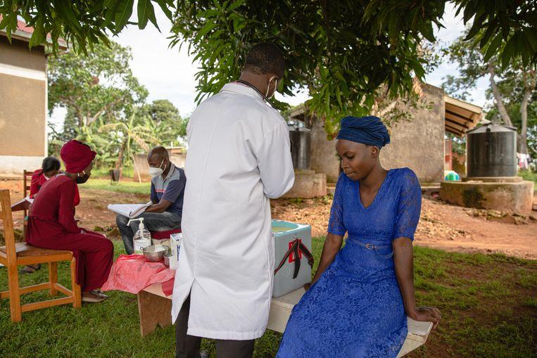 Een lerares van een naburig eiland wordt gevaccineerd met AstraZeneca  op Bufumira-eiland in het Victoriameer. Beeld Esther Ruth Mbabazi