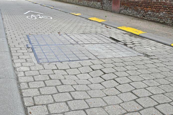 Spoorvorming maakt de Grauwe Zusterstraat gevaarlijk voor fietsers.