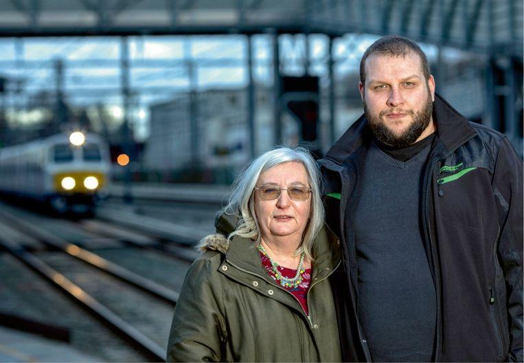 Anita Mahy (links): 'Een week na de treinramp ben ik een petitie begonnen voor meer veiligheid op het spoor. Alle treinbegeleiders steunden mijn actie.' Beeld Guy Puttemans