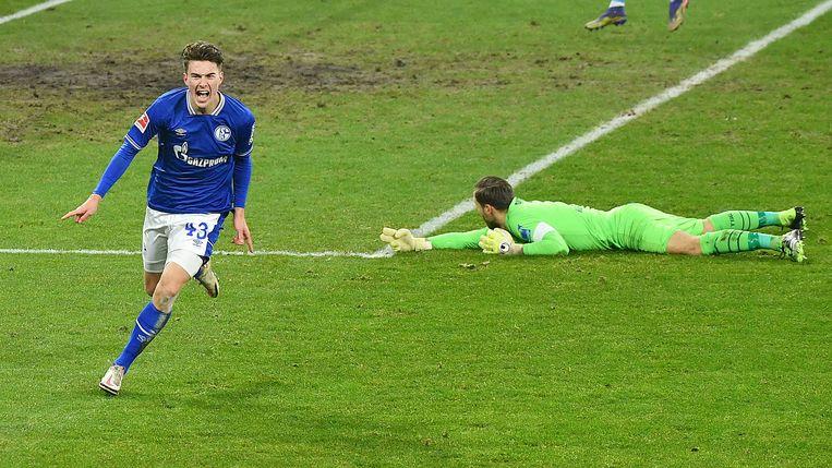 Matthew Hoppe juicht nadat hij de 2-0 heeft gemaakt namens Schalke tegen TSG 1899 Hoffenheim. Beeld BSR Agency