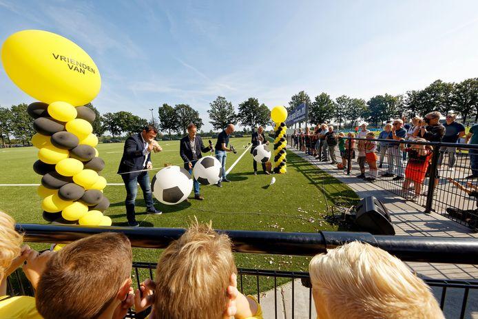 SSC'55 kunstgrasveld wordt officieel in gebruik genomen.  Met oude voetbalschoenen waar een spijker in geslagen is, worden 4 ballonnen lek geprikt.