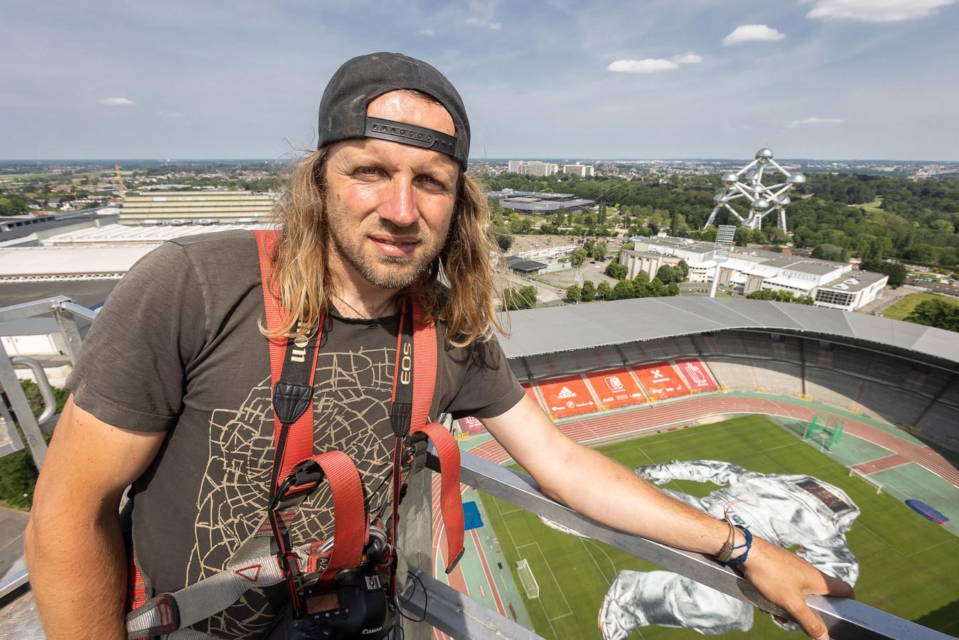 Wim Tellier, op 90 meter hoogte, boven zijn werk 'Closer' in het Koning Boudewijnstadion.