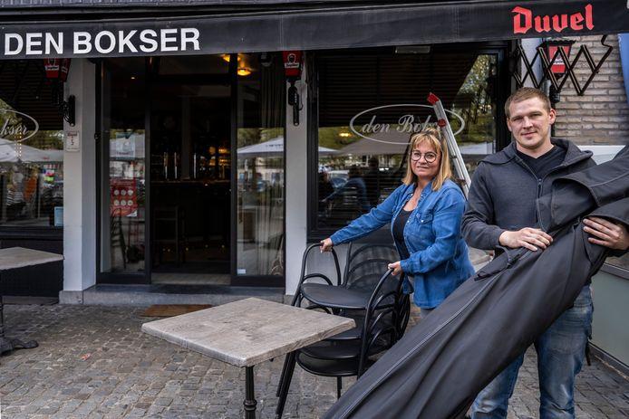 Barbara en Carl van café Den Bokser op de Markt van Lokeren