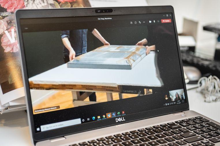 Registrar Faye Cliné van het Mauritshuis kijkt op haar laptop mee en geeft waar nodig aanwijzingen. Beeld Simon Lenskens
