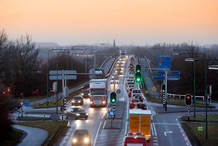 File op de Rijnbrug.