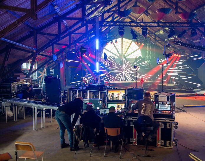 Terwijl buiten de muzikanten onder een tent Opwekkingsliederen zingen, wordt in de Zonnehal op camping De Paasheuvel in Vierhouten de regie verzorgd van de live-uitezending van de Pinksterconferentie van Opwekking. Normaal 60.000 aawezige bezoekers, nu alleen digitaal te volgen.