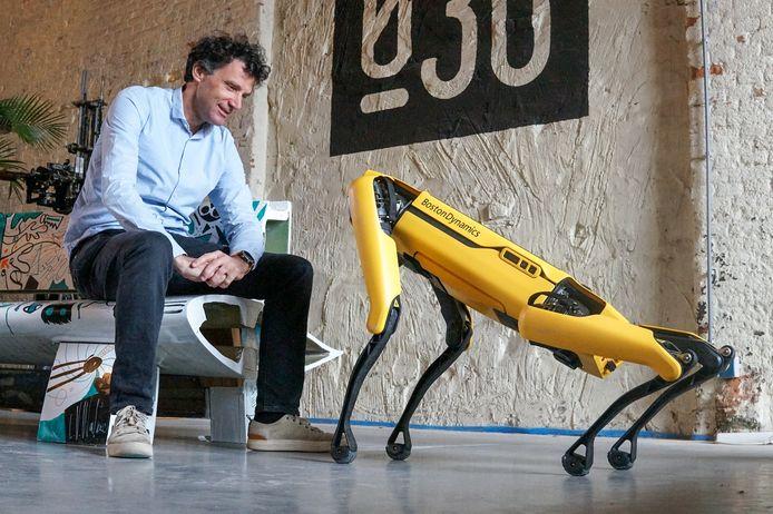 Arend van der Sluis, van machinebouwer Tembo en een van de initiatiefnemers van Perron038, met robothond Spot.