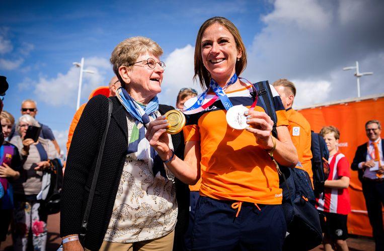 Wielrenster Annemiek van Vleuten samen met haar moeder Ria op het Olympic Festival in Scheveningen. Op de Olympische Spelen in Tokio heeft ze deze week een zilveren en een gouden medaille behaald op het onderdeel wegwedstrijd en tijdrijden op de fiets. Beeld Freek van den Bergh / de Volkskrant