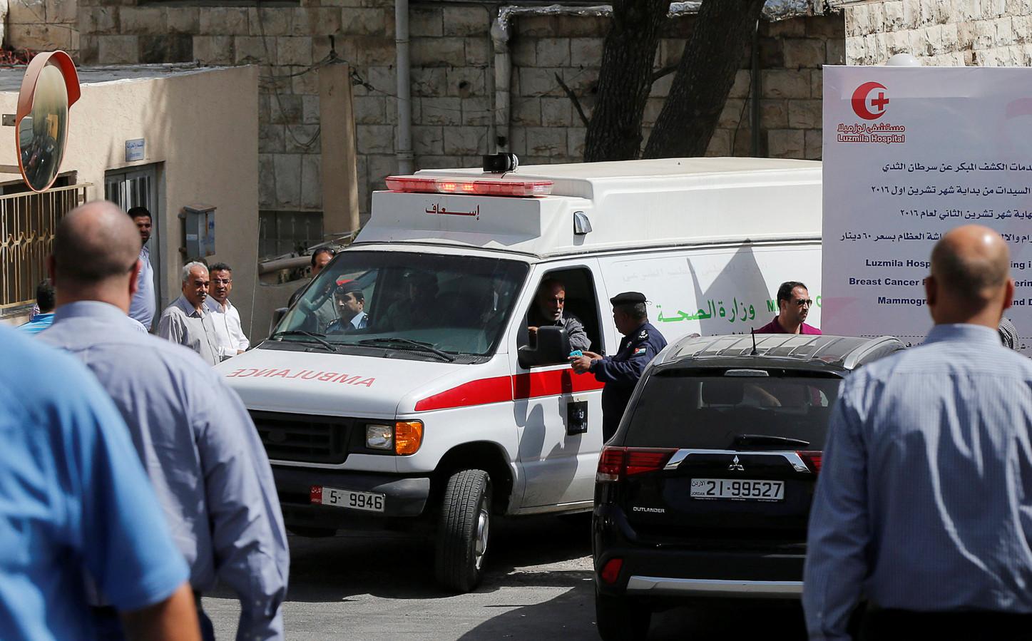 Het lichaam van Nahed Hattar komt aan in een ziekenhuis in Amman