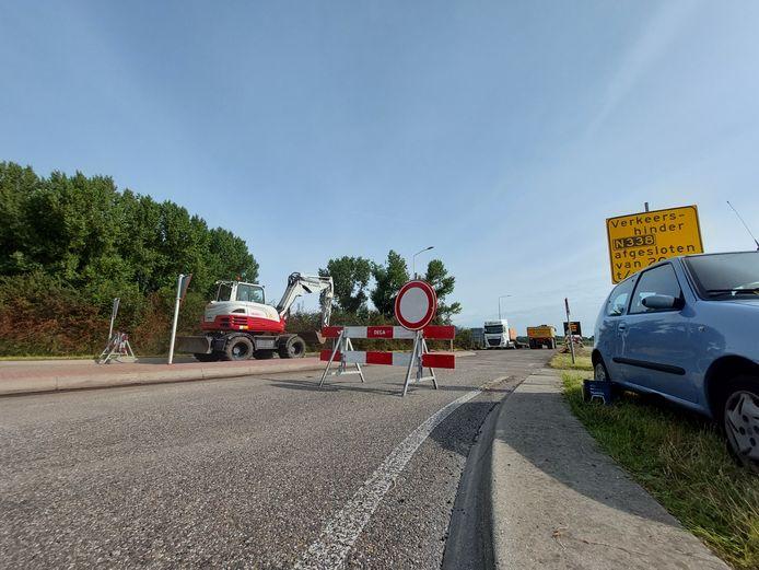De Rivierweg bij Giesbeek is de komende dagen nog afgesloten. De N338 krijgt nieuw asfalt.