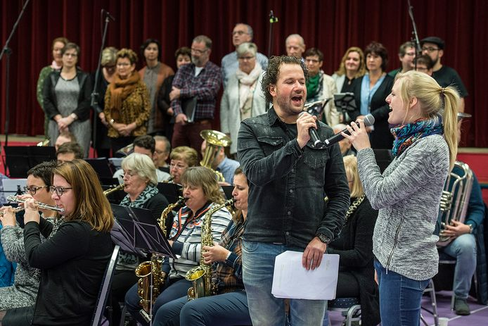 Archieffoto: Repetitie van musical The Gift door Muziekvereniging Oranjevaan.