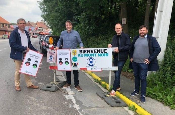 Schepen Bart Vanacker, burgemeester Wieland De Meyer en hun Franse collega's (burgemeester César Storet en schepen Frédéric Vandenbriele) van Saint-Jans-Cappel.