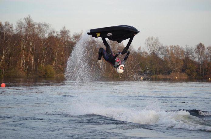 Spectaculaire actie van Jessy Verhey uit Uden op een jetski op waterplas Landsard in Eindhoven.