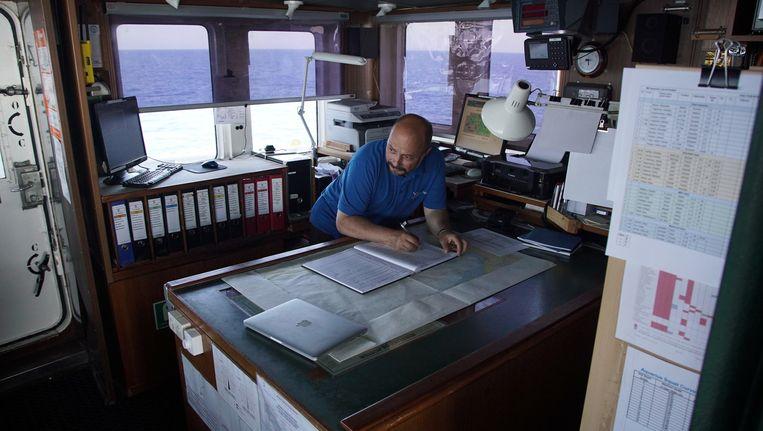 Kapitein Alex Moroz aan het werk. Beeld AP