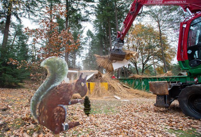 De kiosk bij het hertenkamp is dinsdagmiddag gesloopt. Op de voorgrond de eekhoorn die veertig jaar lang naast de kiosk heeft gestaan.