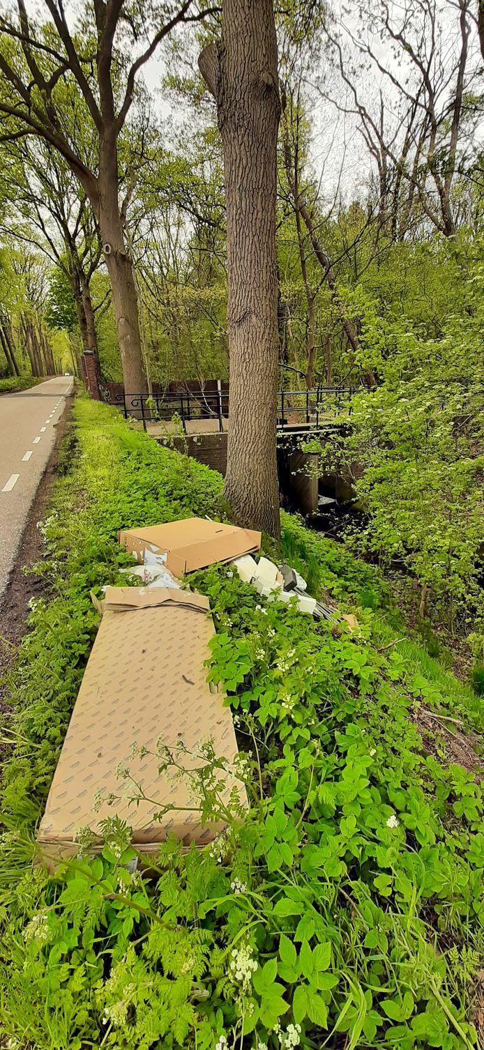 De Moervaart met rechts De Zoom, en gedumpt afval op de kant.